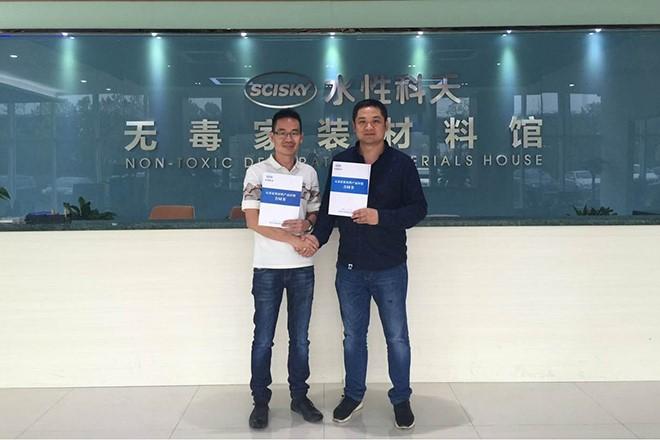 省区经理胡志发与杨天华先生签约合影