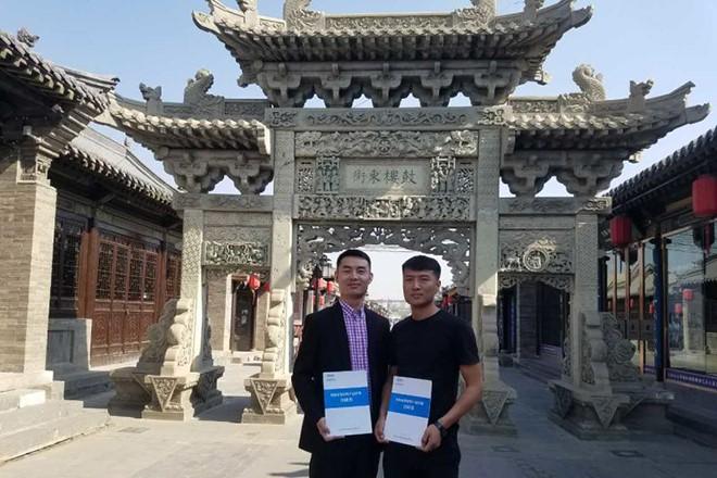 区域经理温强和张雪峰先生签约合影