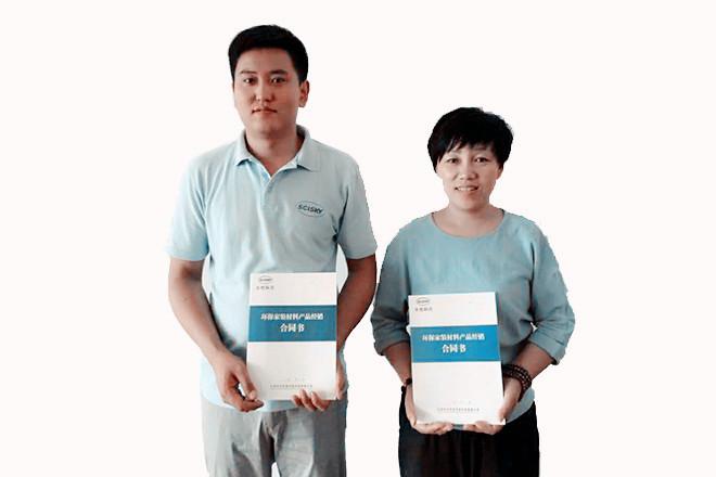 区域经理黄丙杰与经销商刘文娟签约合影