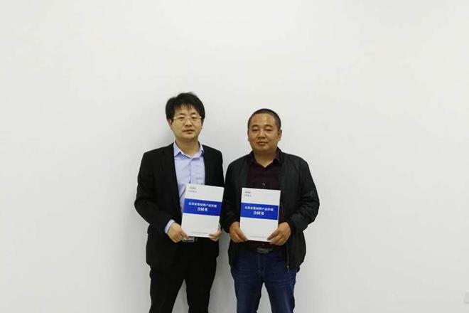 区域经理杨忠昌与咸宁经销商刘广军合影